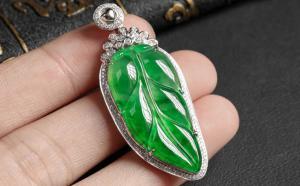 象征高贵的翡翠叶子挂件 小小饰品蕴含着丰富寓意