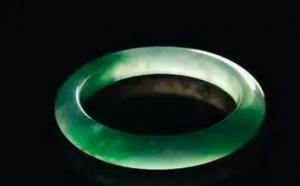 史上最贵的玻璃种帝王绿翡翠手镯拍出多少钱?贵到不敢想