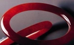 满红色的翡翠手镯是什么,真的很难得嘛?