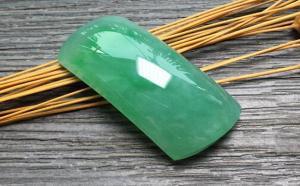 以绿为贵的翡翠界中,这样选购的满绿翡翠更能保值
