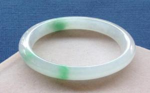 浅绿色翡翠手镯一般多少钱?种水不同价格也不同