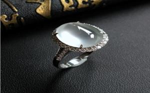 翡翠戒指应该怎么戴?如何选购合适的翡翠?
