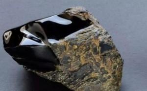 黑曜岩,一种天然形成的玻璃岩石!