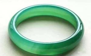 绿玉髓有什么特点?和翡翠的区别大吗?