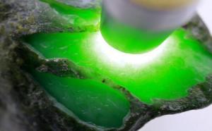 祖母绿翡翠原石有什么特点?难怪那么贵