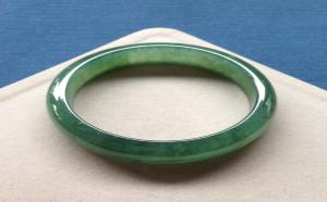 满绿翡翠手镯在市面上,价格差距为何大?