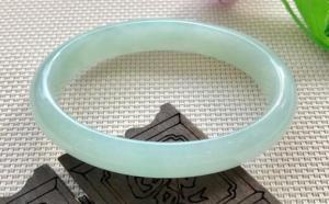 浅绿色的翡翠手镯一般多少钱?这时候就看种水了