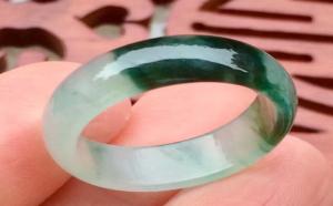 翡翠指环的戴法含义:不同的手指佩戴指环寓意不同