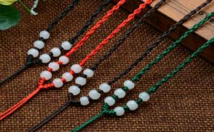 翡翠吊坠挂绳怎么挑?用红色还是黑色好?