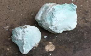 注胶绿松石和沁胶绿松石哪个用胶程度更深?
