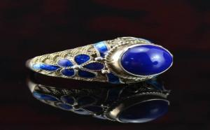 女生佩戴青金石戒指应该涂什么指甲油?
