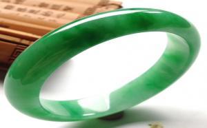 满绿翡翠手镯价格贵吗?我们应如何挑选满绿翡翠手镯?