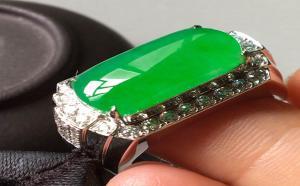 翡翠马鞍戒指的寓意是什么?如何挑选翡翠马鞍戒指?