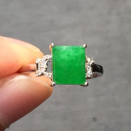 阳绿方形翡翠南非钻石戒指
