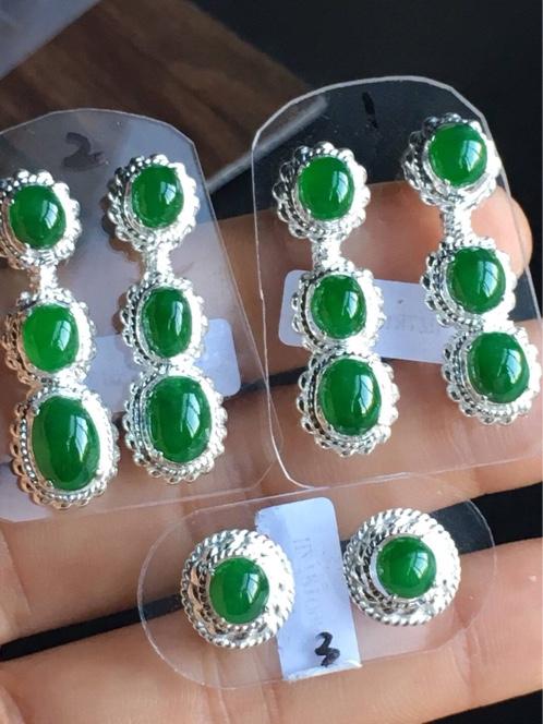 辣绿翡翠耳钉,色好,颗粒饱满