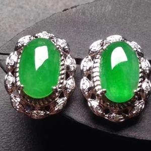 18k金奢华钻石镶嵌冰种阳绿翡翠蛋面耳钉