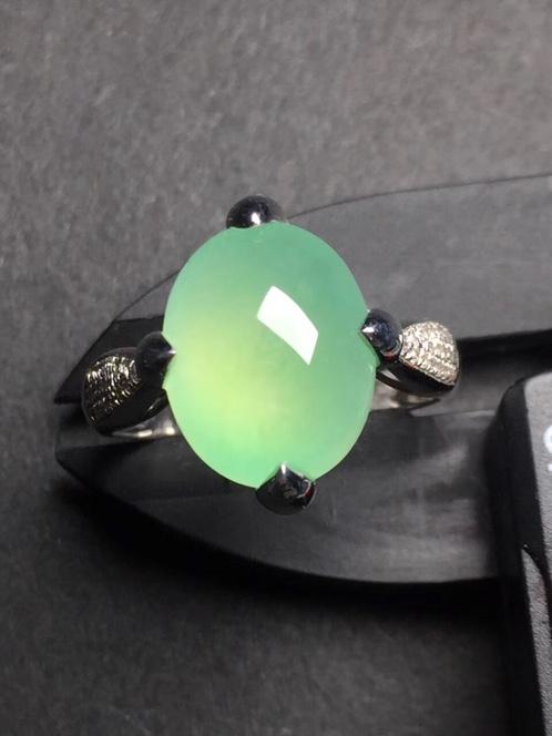 晴绿蛋面翡翠戒指