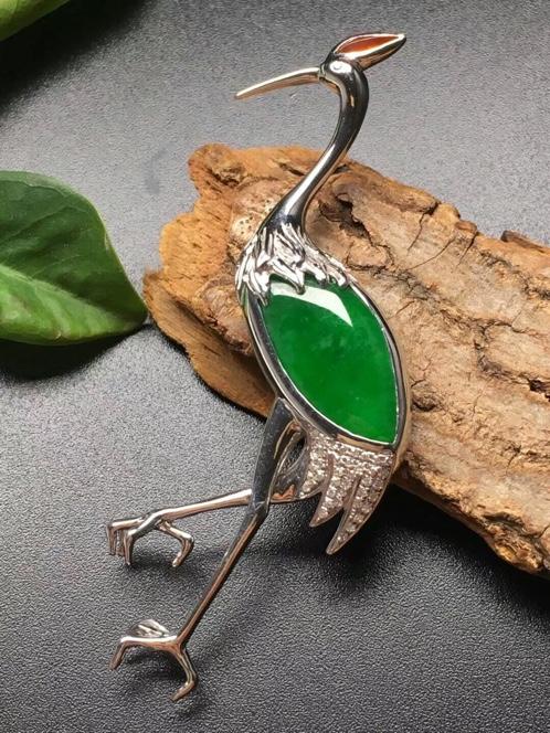 A货翡翠冰种阳绿仙鹤胸针