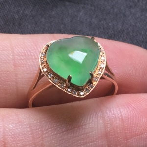 高冰起胶飘绿心形翡翠戒指