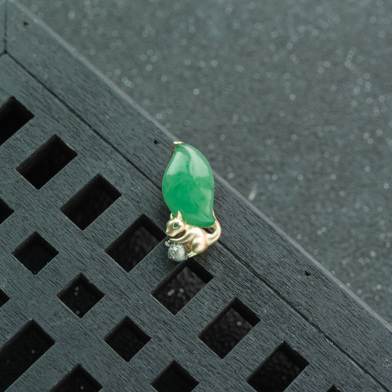 18K糯冰种翠绿翡翠松鼠吊坠