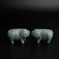 糯种淡绿翡翠猪摆件