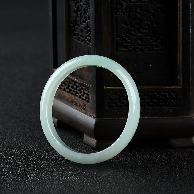53mm糯种浅绿翡翠贵妃镯第4张