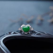 18K糯种翠绿翡翠心形戒指