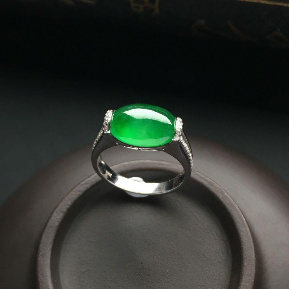 镶白金钻石冰种翠色戒指
