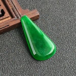 冰种阳绿胸坠面