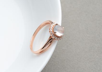 玻璃种无色起莹光镶玫瑰金钻石戒指