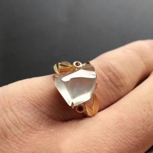 冰玻种淡晴水镶黄色金随形戒指