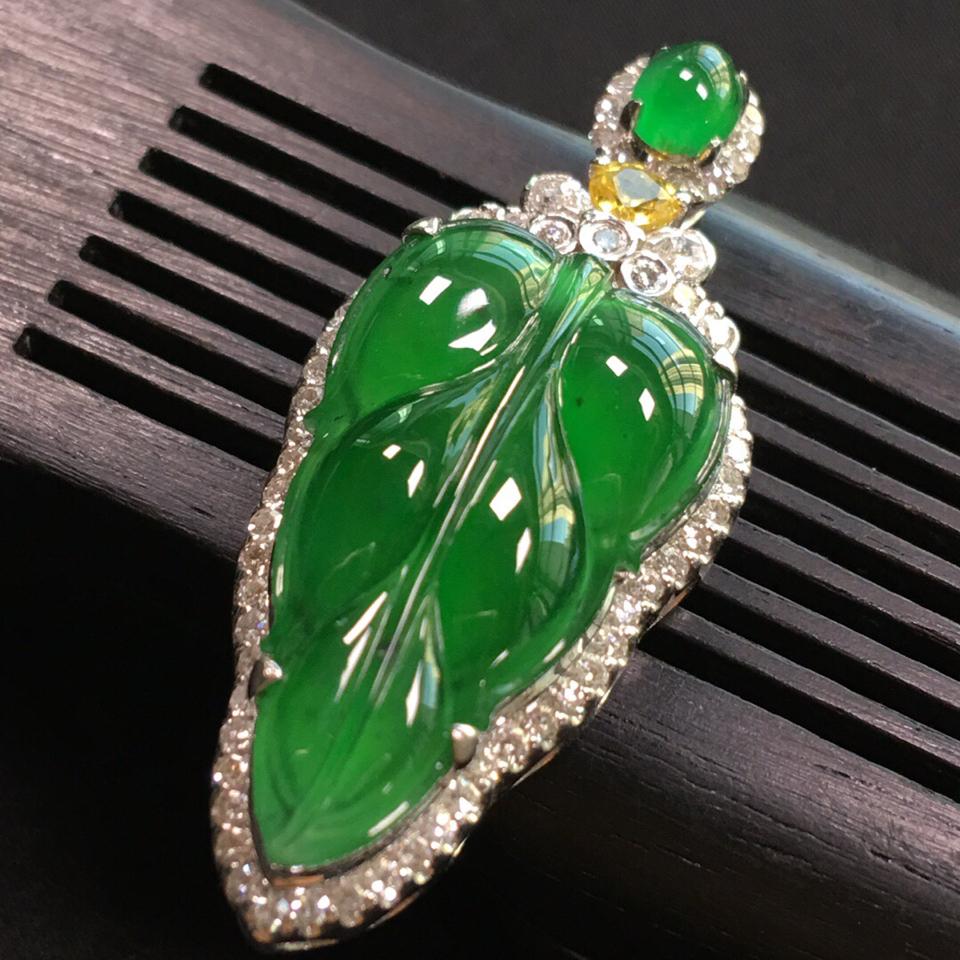 冰种阳绿镶白金钻石金枝玉叶胸坠翡翠