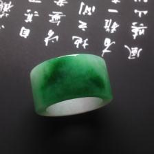 糯冰种飘绿戒指翡翠