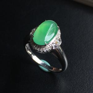 镶白18K金钻石糯冰种晴绿蛋面戒指