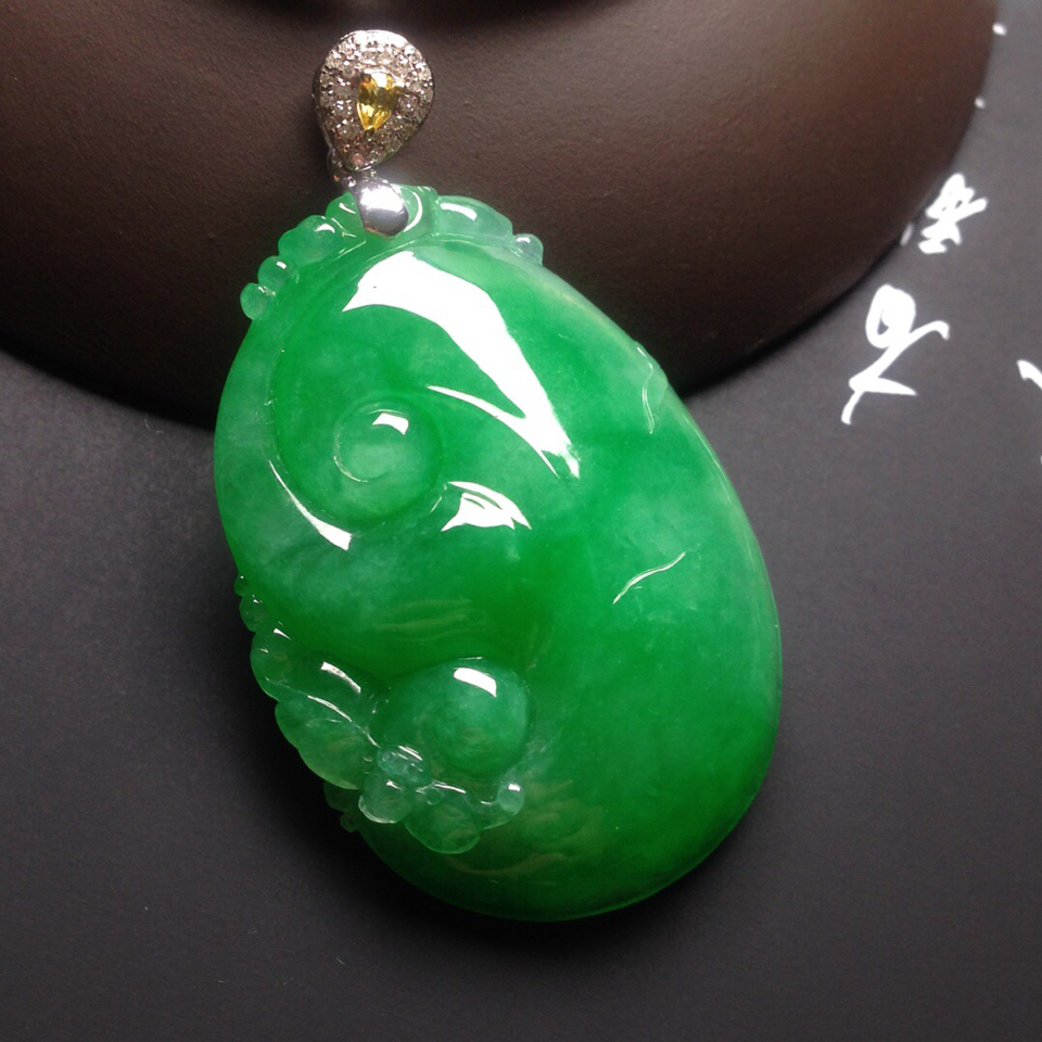 冰种满绿镶白金钻石如意挂件翡翠