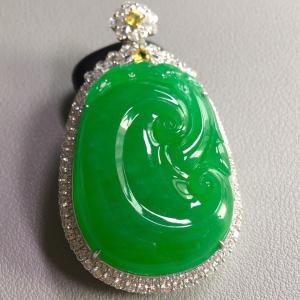 冰种满绿镶白金钻石如意胸坠翡翠