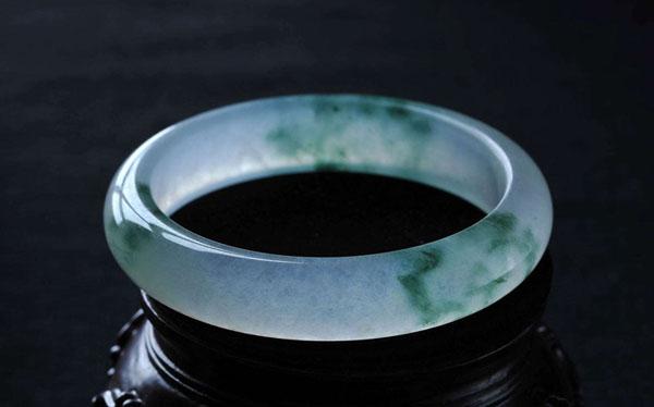 """颜色是决定翡翠价值的关键, 以""""绿色""""为灵魂"""