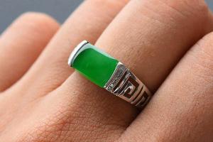 男人戴翡翠戒指有什么意义?不同的手指戴有不同的含义和功能