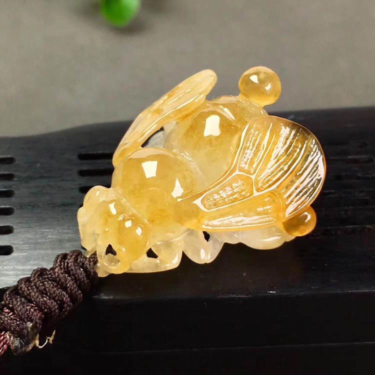 冰种黄翡蜜蜂翡翠吊坠第4张