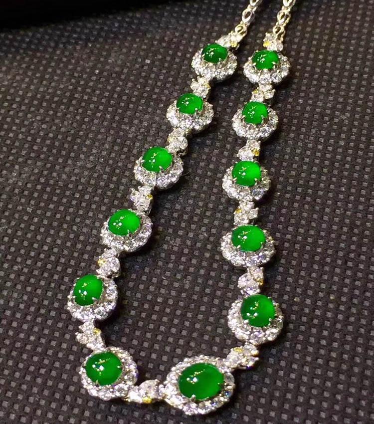 冰种帝王绿晚装翡翠项链(极品起荧光)第1张