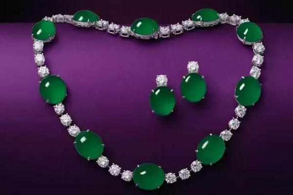 祖母绿翡翠蛋面配钻石项链及耳环套装