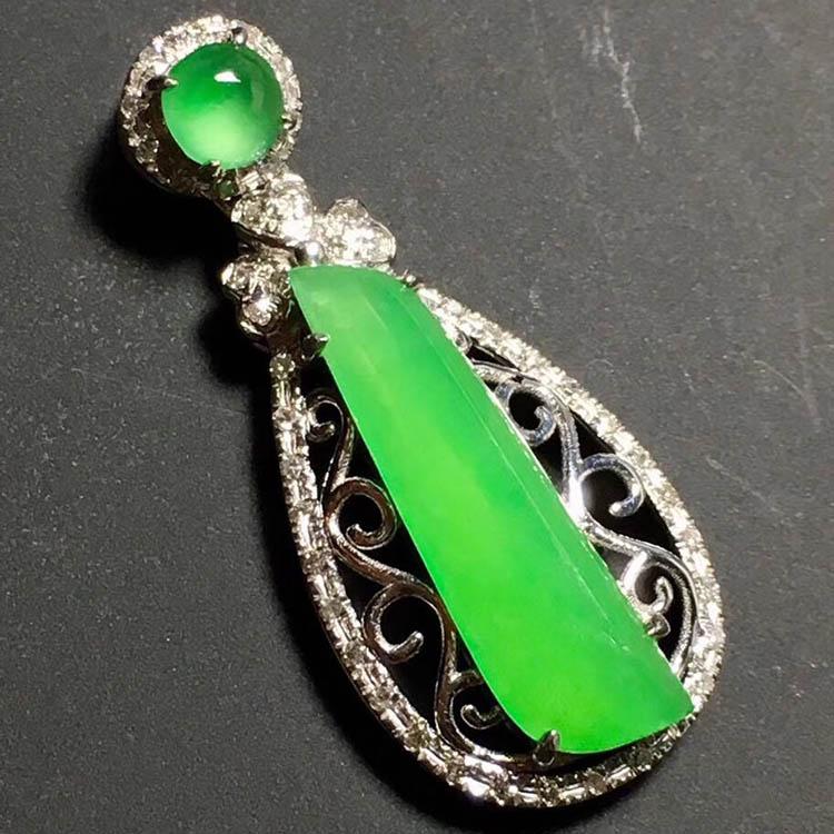 冰种阳绿随形翡翠吊坠