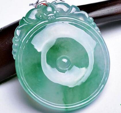 玻璃种翡翠吊坠该怎么保养与清洁?