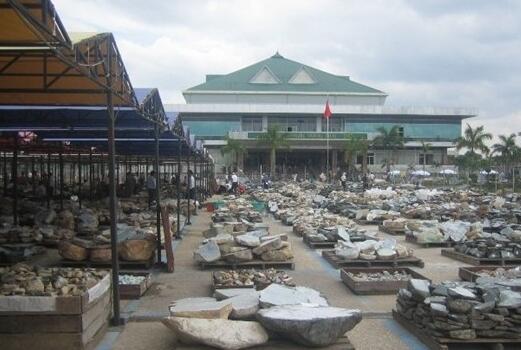 翡翠价格一直高居不下,从缅甸公盘说起