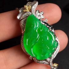 冰种阳绿松鼠翡翠吊坠