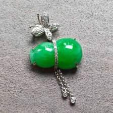 阳绿色辣糯种翡翠葫芦吊坠