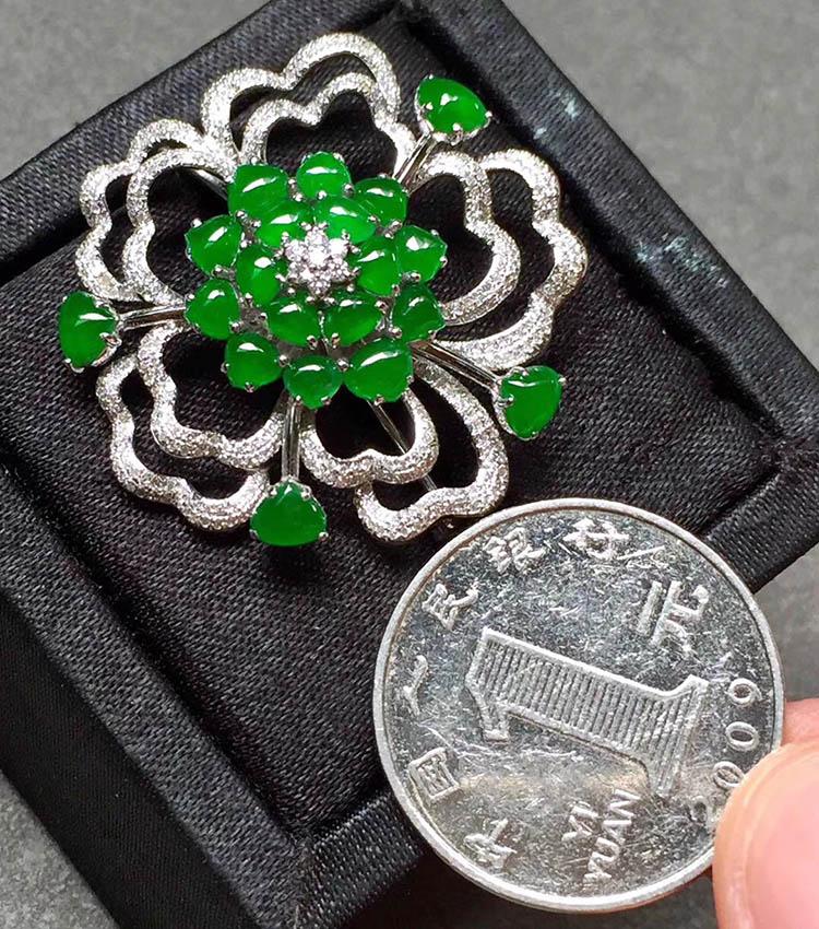 冰种阳绿花型翡翠胸针第7张