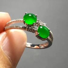 冰种阳绿蛋面翡翠戒指