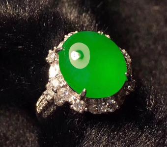 冰种阳绿鸽子蛋面翡翠戒指