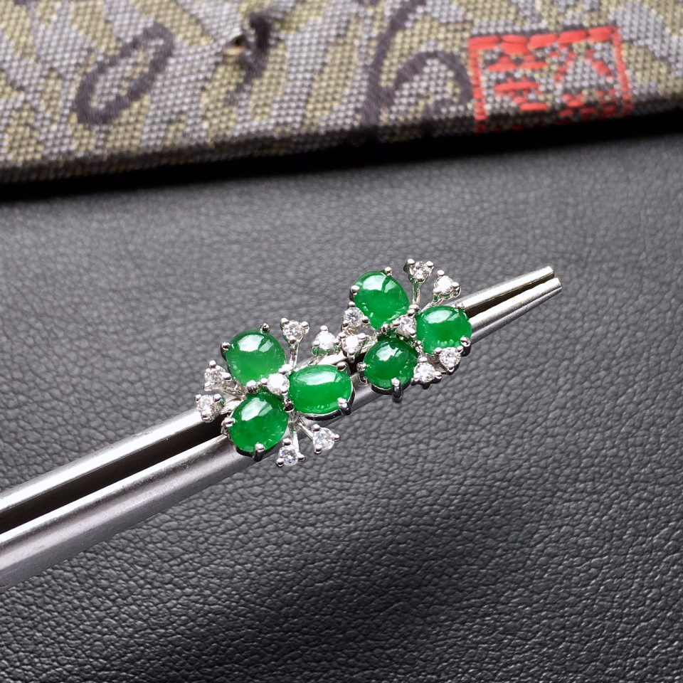糯冰种阳绿花型翡翠耳钉一对 镶白金钻石